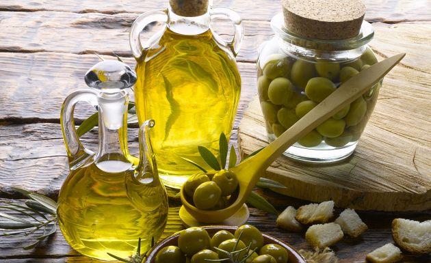 Olivenöl ist reich an Vitamin A, D, E und K. Es beeinflusst auf positive Weise die Aufnahme von Kalzium, Phosphor, Magnesium und Zink.