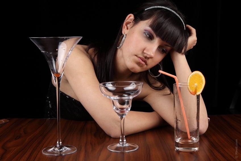 Depression kann zu Alkoholkonsum führen, um Dinge zu vergessen. Diese zwei Faktoren gehöhren zu den Auslösern von Herzrasen.