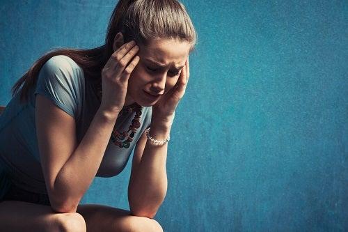 Frau zeigt Schmerz