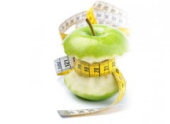 Gemüse wie Spinat und Broccoli und Früchte wie Orangen, Mandarinen und Äpfel enthalten viel Ballaststoffe.