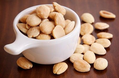 Wir empfehlen Ihnen, dass Sie genügend Nüsse essen, um die Gesundheit zu verbessern.