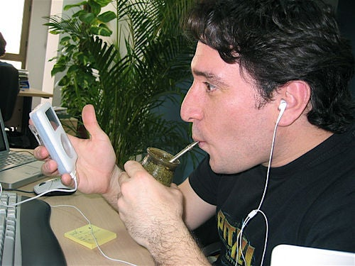 Mann trinkt Mate-Tee