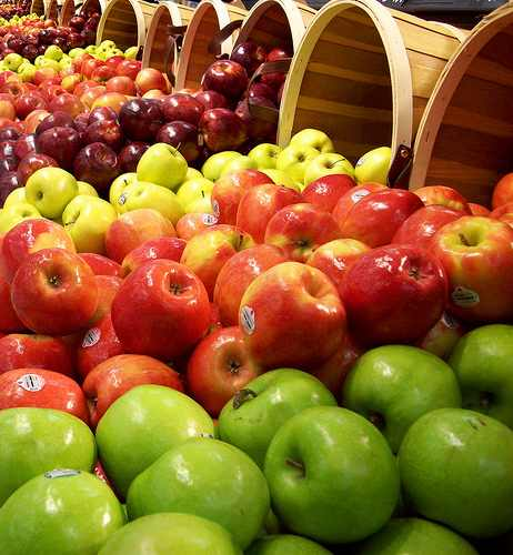 Verschiedene Sorten Äpfel auf dem Markt