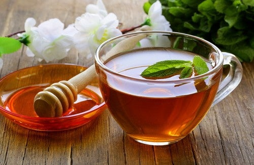 Reinigender Tee mit Honig und Essig