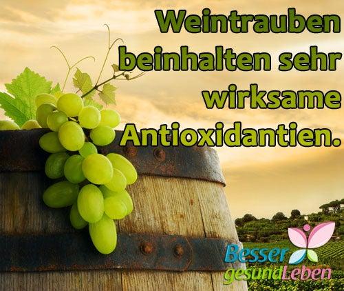 Weintrauben auf einem Weinfass