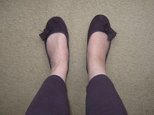 Frau hat geschwollene Knöchel und Füße