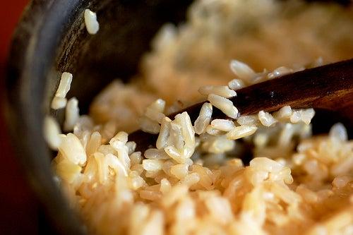 Vollkornreis enthält viel mehr Ballaststoffe als normaler Reis.