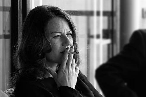 rauchende Frau -Tonino-Donato