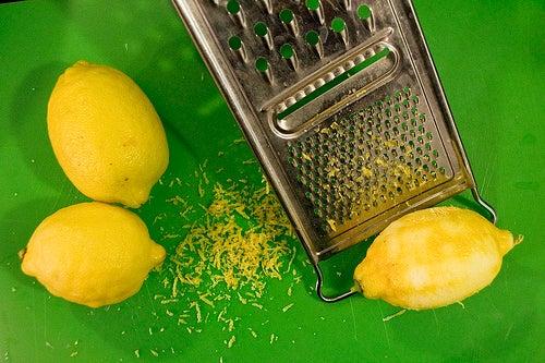 Geriebene-Zitronenschale
