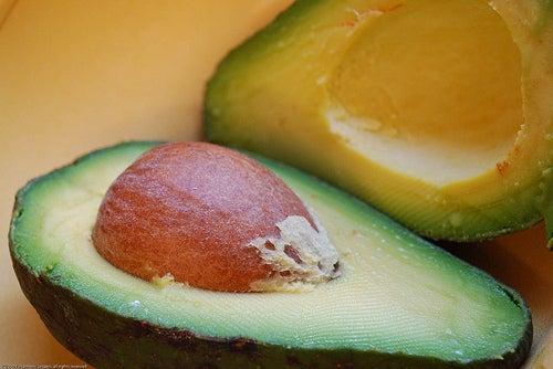 Halbierte Avocado in Großaufnahme