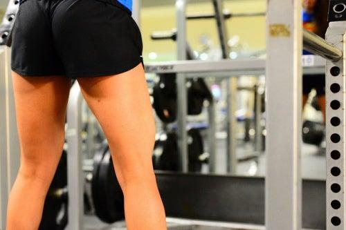 Straffe Oberschenkel im Fitnessstudio