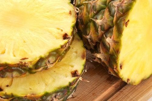Köstliche und gesunde Getränke mit Ananasschale