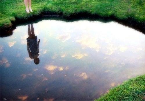 Entdecken Sie das Gesetz des Spiegels um glücklich zu sein