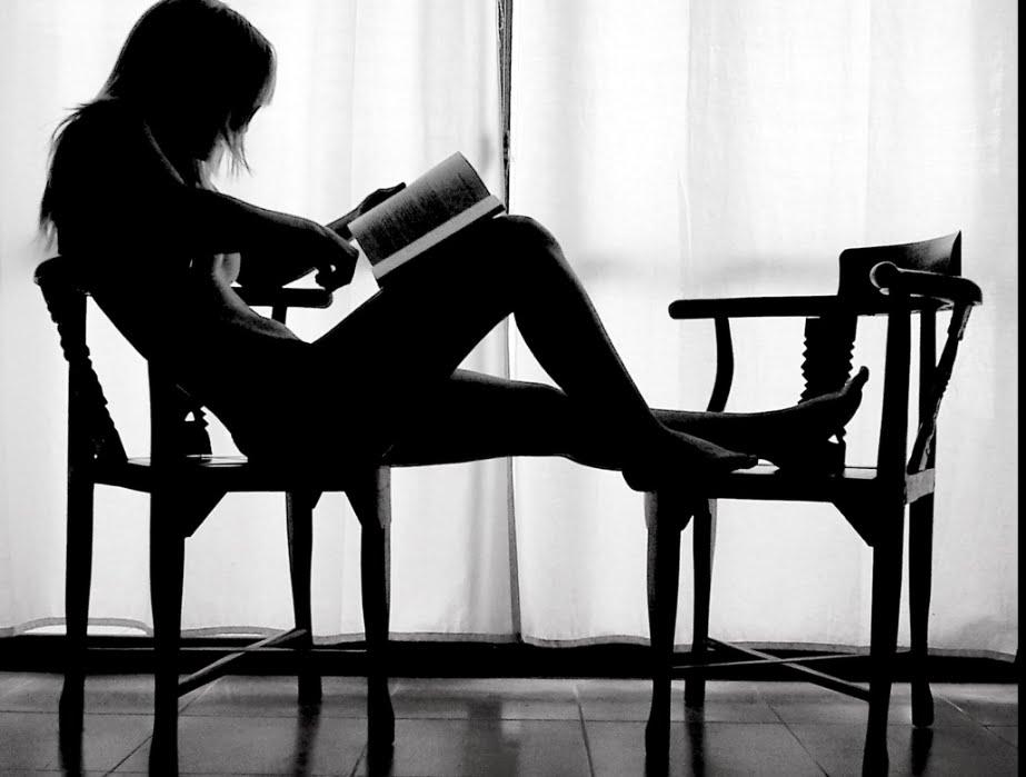 Frau-liest-auf-dem-Stuhl
