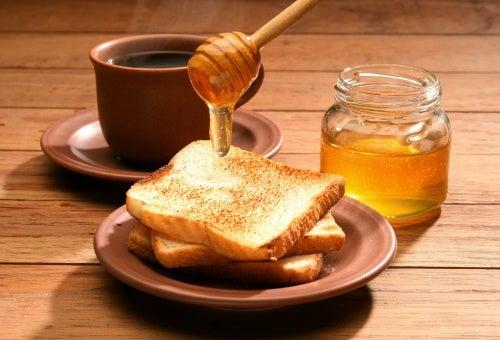 Mit Honig werden rissige Fersen butterzart