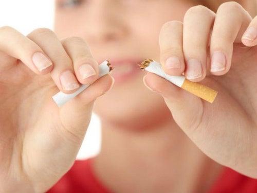 Bei Ischias-Schmerzen auf Rauchen verzichten