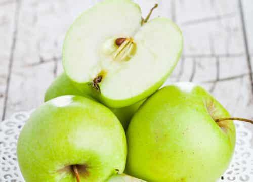 Grüne Äpfel auf nüchternen Magen