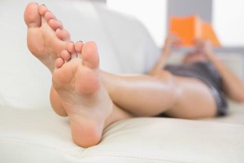 Beine hochlegen, um Besenreiser natürlich zu behandeln