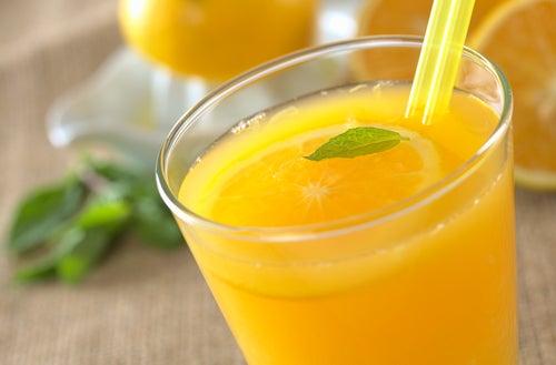 Besenreiser natürlich behandeln: Orangensaft am Morgen