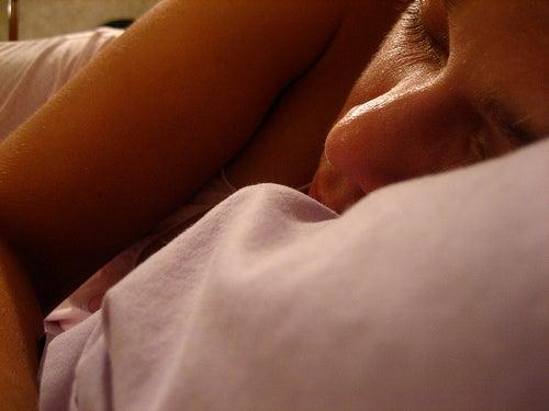 Frau-schläft-auf-Seite