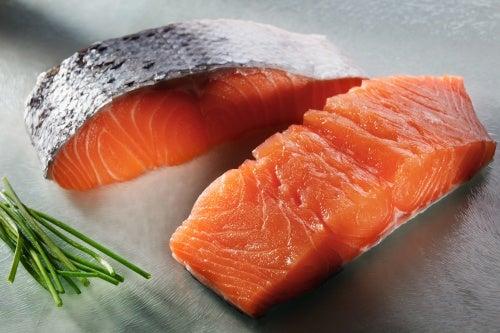 Lachs enthält Fette, die gesund sind