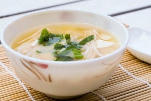 Japanische Miso Champignon Suppe