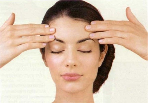 Gesichtsübungen-zur-Hautstraffung-und-Faltenvermeidung