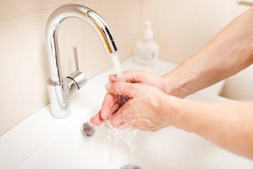 Hände waschen und Gesichtsreinigung vor dem Einschlafen
