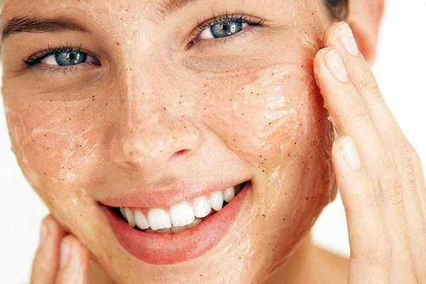 Die richtige Gesichtsreinigung vor dem Einschlafen ist besonders wichtig, wenn du dich schminkst