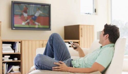 Mann sieht fern