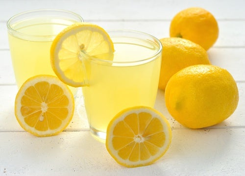Jeden Morgen Wasser mit Zitrone!
