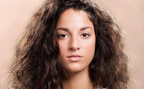 8 einfache Tricks, um widerspenstiges Haar zu bändigen