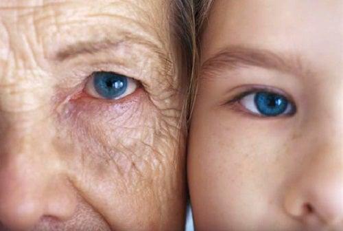 Alte Frau und junges Kind