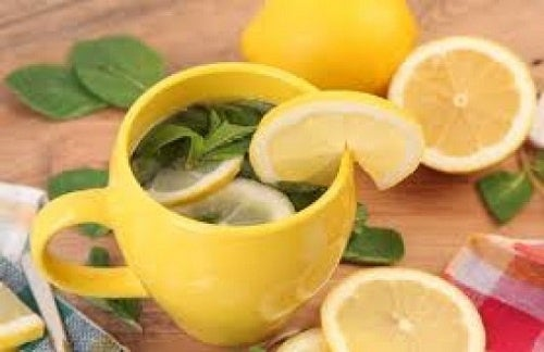 Warmes Wasser mit Zitrone und Honig auf nüchternen Magen, um Gewicht zu verlieren