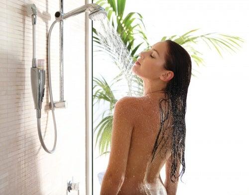 Frau genießt eine kalte Dusche