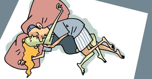 Mann umarmt Frau im Schlaf