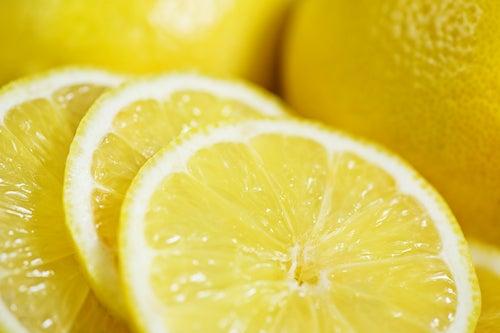 Frisch aufgeschnittene Zitronenscheiben