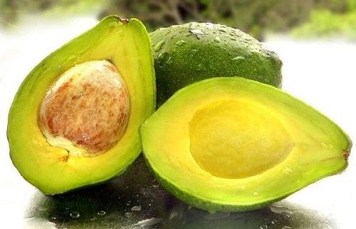 Avocado und grüner Salat gesunde Nahrungsmittelkombinationen