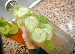 Leichte-Limonade-aus-Gurke-Ingwer-und-Minze