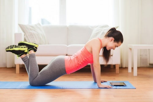 Frau macht Übungen