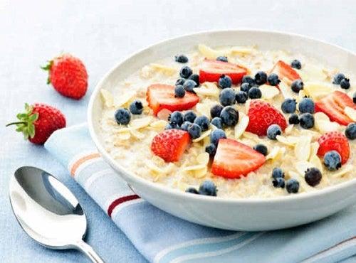 10 erstaunliche Eigenschaften von Hafer und ein Frühstücksrezept