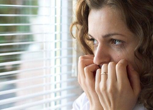 Frau weint und hat Angst