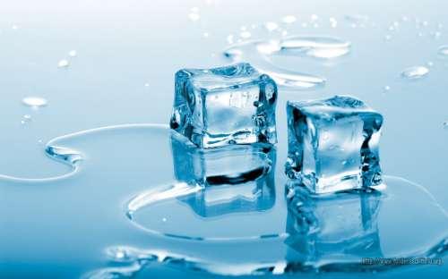 Eiswürfel machen kaltes Wasser
