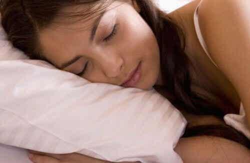 4 einfache Tipps, die dich besser schlafen lassen