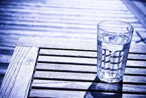 Ein Glas kaltes Wasser