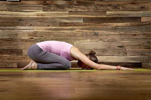 Frau macht Yogaübungen