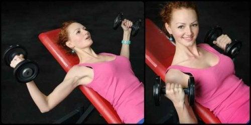 Frau macht Übungen für eine straffe Brust
