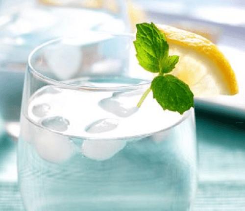 4 Gläser Wasser auf nüchternen Magen