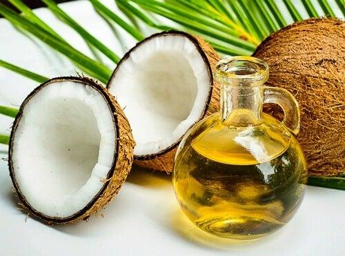 Offene Kokosnuss und Kokosöl in der Flasche