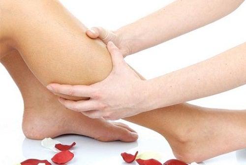 Krämpfe in den Beinen sind Anzeichen von Vitaminmangel